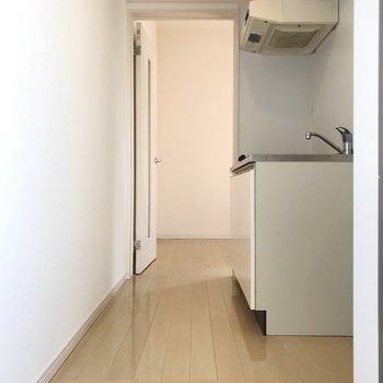 冷蔵庫は手前に置こう(※写真と文章は8階の同間取り別部屋、清掃前のものです)