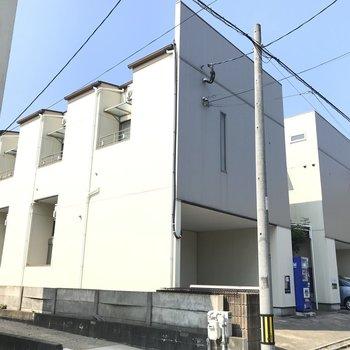 同じような建物が2つ。左側の建物です