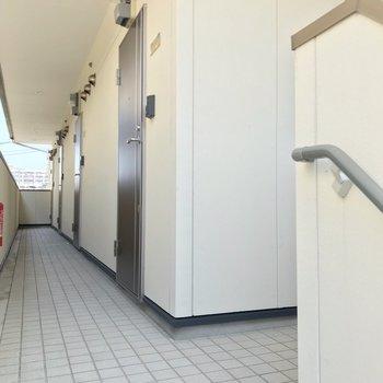 階段上ってすぐの、1段下がったお部屋です