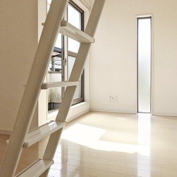 扉を開けるとこんな景色。角部屋なので2面採光(※写真と文章は8階の同間取り別部屋、清掃前のものです)