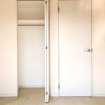 2つの扉の左側はクローゼット、右側は脱衣所です(※写真と文章は8階の同間取り別部屋、清掃前のものです)
