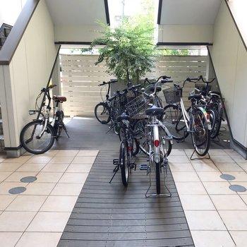 駐輪場は階段下に