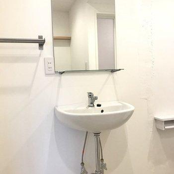 洗面はシンプルでお洒落に。(※写真は別部屋のものです)