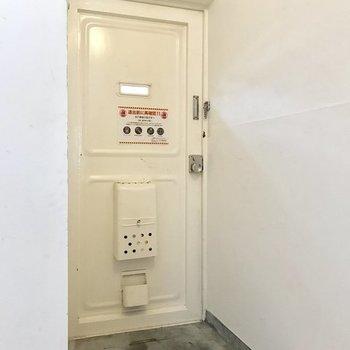玄関周りは少しコンパクト。(※写真は別部屋のものです)