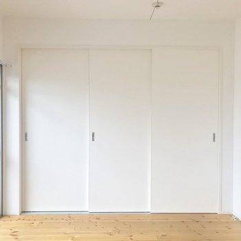 白く塗装された扉、雰囲気あります。(※写真は同間取り別部屋のものです)