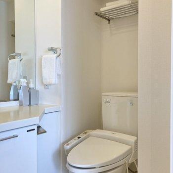 トイレは洗面の隣に。ラックが備わっているので便利なんです。