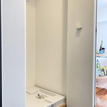 右側には洗濯機置き場があります!扉があるので生活感もカバーできますね。