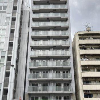 12階建ての高いマンション。