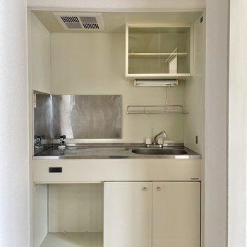 キッチンは1人サイズ。下の余白には収納を追加できそう!