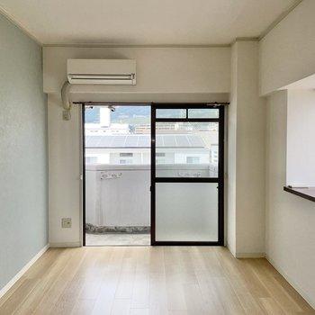 青と白の爽やかなお部屋。2面の窓は角部屋の特権〇