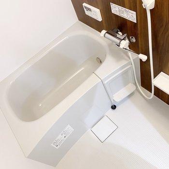 きれいめなお風呂。1人なら脚を伸ばせる広さです。(※写真は3階の同間取り別部屋のものです)