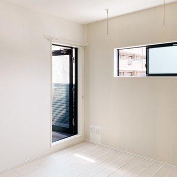 バルコニーへの扉を合わせると3面採光。明るいお部屋に納得です。(※写真は3階の同間取り別部屋のものです)