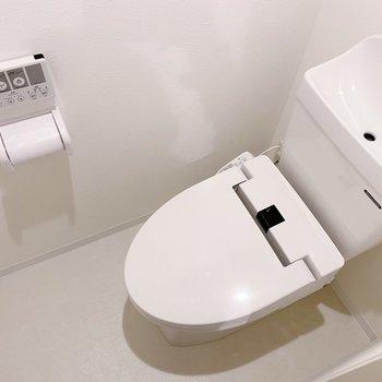 スタイリッシュなトイレ。温水洗浄付き◯(※写真は3階の同間取り別部屋のものです)