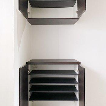 可動棚が嬉しいシューズボックス。横にもラックや観葉植物を置けそうですよ。(※写真は3階の同間取り別部屋のものです)