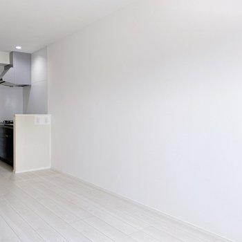 キッチンとは区切りはないので、インテリアはつながりを意識したい。(※写真は3階の同間取り別部屋のものです)