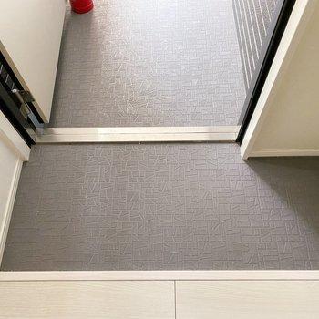 玄関はコンパクト。いつもの1足だけ置いておいて後はシューズボックスに。(※写真は3階の同間取り別部屋のものです)