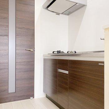キッチンもブラウン。ゆったりめの収納が嬉しいですね。(※写真は3階の同間取り別部屋のものです)