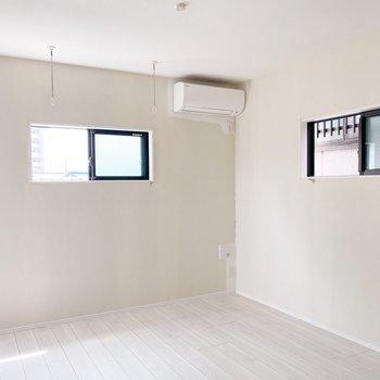 小窓が2つ。白い世界をキラキラさせてくれますね。(※写真は3階の同間取り別部屋のものです)
