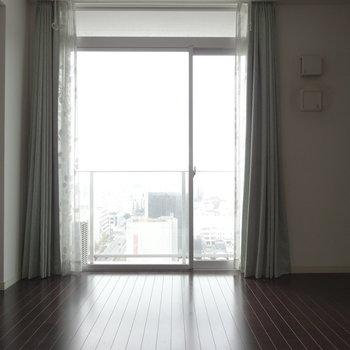大きな窓の向こうには絶景が。