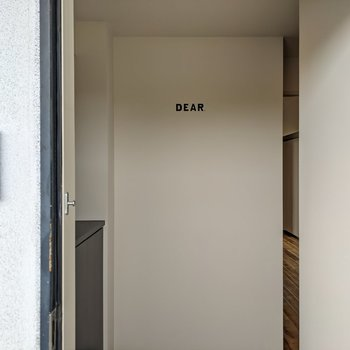 """玄関扉を明けると""""DEAR""""の文字。"""
