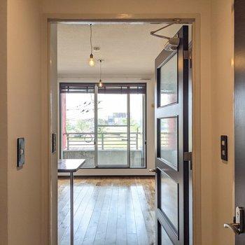 短い廊下を抜けて居室へ。