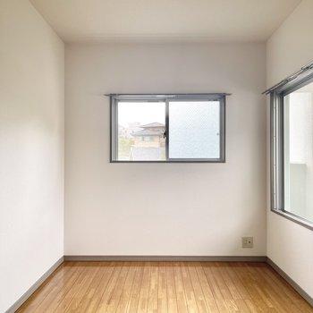 バルコニーなしの方の洋室です。2面採光で明るいですよ!