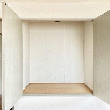両開きドアの収納付きです。