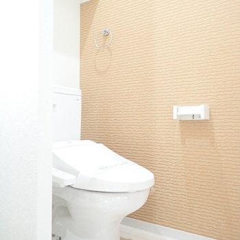 トイレはとなりなので、カーテンで仕切ってもいいかも!※写真は4階の反転間取り別室のものです