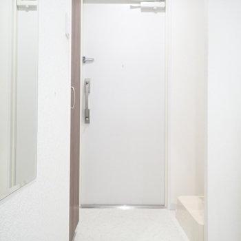 玄関は脱ぎ履きに十分なスペース。※写真は4階の反転間取り別室のものです
