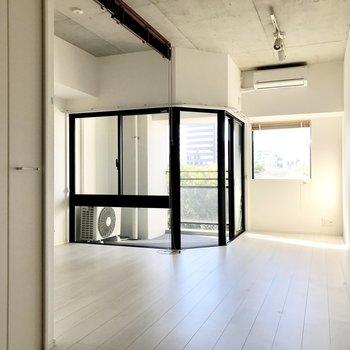 カーテンをするのがもったいないバルコニー(※写真は7階の同間取り別部屋、清掃前のものです)