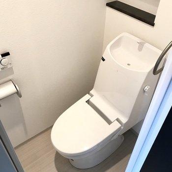 スタイリッシュなトイレはお店みたい(※写真は7階の同間取り別部屋、清掃前のものです)