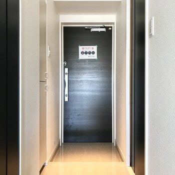 玄関もすっきりと(※写真は7階の同間取り別部屋、清掃前のものです)