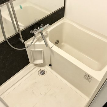 お風呂は追焚付き!窓で換気もできますよ (※写真は7階の同間取り別部屋、清掃前のものです)