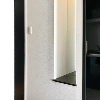 廊下の端っこには全身鏡付き!可愛いお茶碗飾りたい…! (※写真は7階の同間取り別部屋、清掃前のものです)
