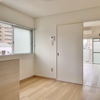 小窓側に家電製品や調理用の作業台を置くといいかも。