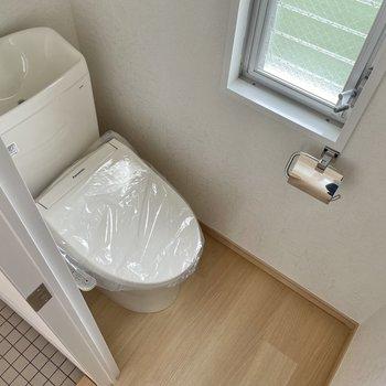 トイレは温水洗浄便座付き。小窓があり明るいのもgood!