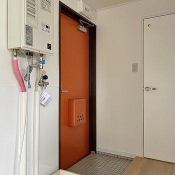 洗濯機置場は玄関となりに。靴箱の代わりには、ミニラックを用意するのがおすすめです。