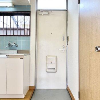 キッチン右に玄関があります。