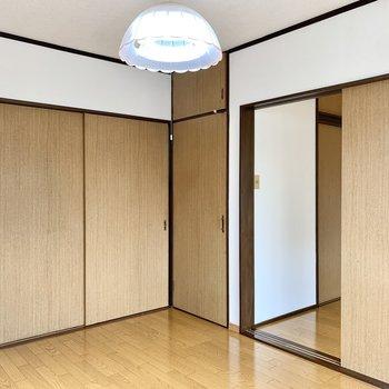 【洋室6帖】左の扉はキッチン、右の扉は洋室へ繋がります。