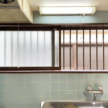 窓は共用部側に面しています。