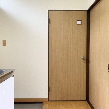 キッチンの向かいに、脱衣所の扉。