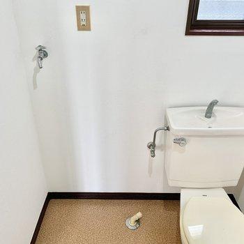 トイレと、その隣が洗濯機置き場です。