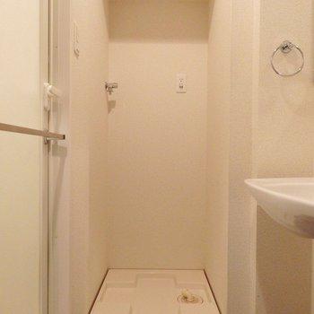 洗濯機はこちら。上部に収納棚には洗剤のストックを。※写真は8階別部屋反転間取りのものです
