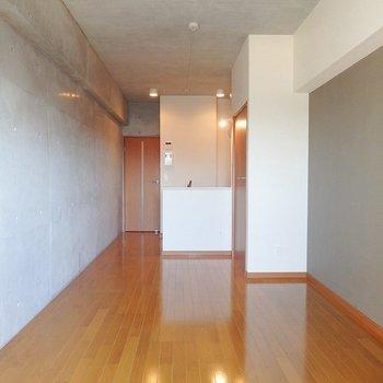 カウンターキッチンのスタイリッシュなお部屋。※写真は8階別部屋反転間取りのものです