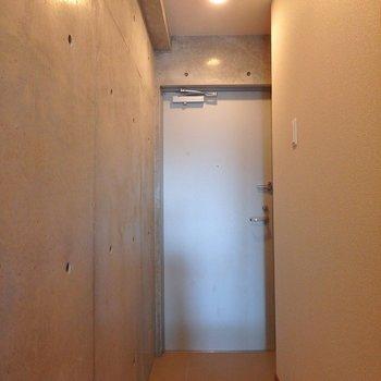 玄関はこんな感じ。シューズボックスもついています。※写真は8階別部屋反転間取りのものです