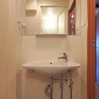 洗面台はワイドな鏡が使いやすいですね!※写真は8階別部屋反転間取りのものです