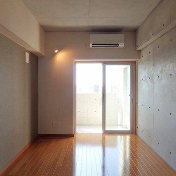 窓からの採光も、いい感じ。スポットライトもかっこいいです!※写真は8階別部屋反転間取りのものです