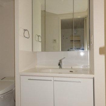洗面台も大きな鏡で使いやすい。(※写真は12階の同間取り別部屋のものです)