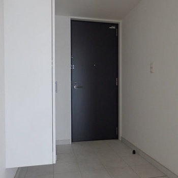 土間スペースが広めの玄関。(※写真は12階の同間取り別部屋のものです)