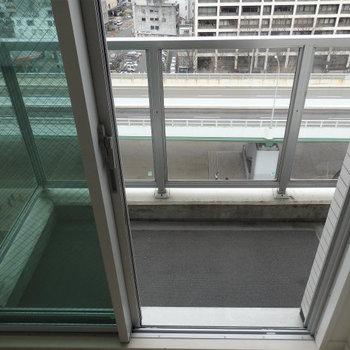 バルコニーもガラス張りになっていて、光がガンガン入ってきます。(※写真は12階の同間取り別部屋のものです)